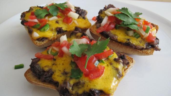 Molettes - Bonenpuree met kaas en salsa op toast