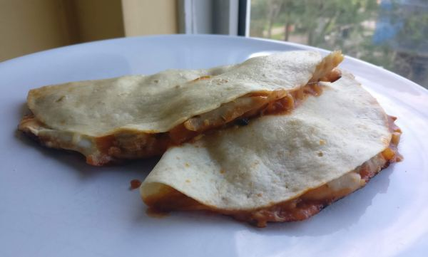 Quesadilla met kaas, kip en salsa