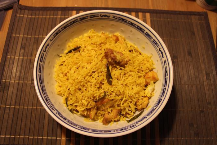 Indiase gebakken rijst met uien
