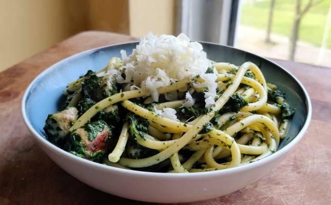 Bucatini met spinaziesaus